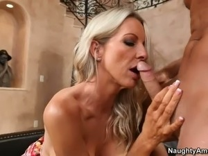 Fuck hungry blonde haired cougar Emma Starr has amazing huge