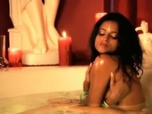 Amazing Erotic Bollywood india MILF Makes Fun