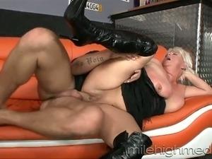 Chunky BBW granny gets railed by hunky stud in sideways pose